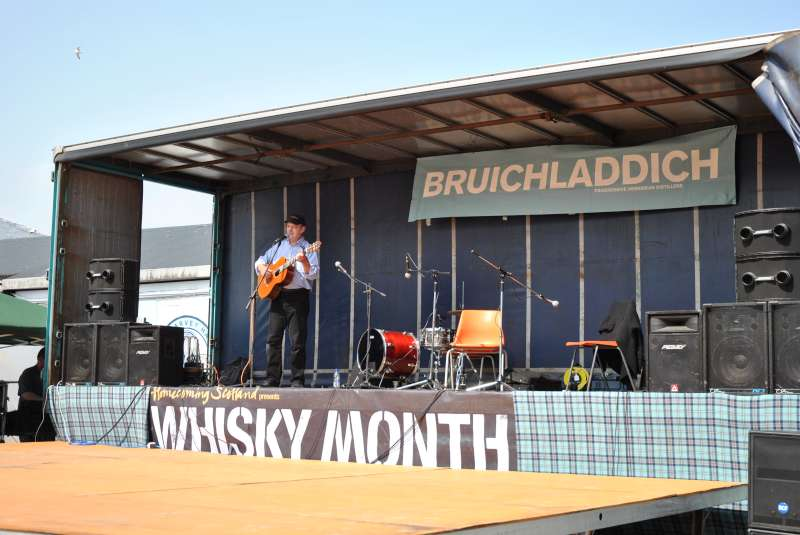 3-robin-laing-live-at-bruichladdich